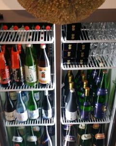 #二三一  海鮮酒蔵 二三一では 日本最北の酒蔵『國稀』のお酒を 多数品揃えしております。  本来留萌管内でしか手に入らない 「地域限定酒」や、 増毛漁協の漁船に積み込み、 日本海の荒波にゆられ、穏やかな凪ぎに 眠り、程良い時を経た船積み酒 「漁師のちからみず」など…  ぜひ飲み比べてお楽しみください!